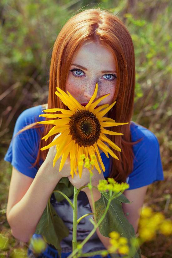 Vẻ đẹp mộc mạc của một cô bạn bên cạnh hoa hướng dương.