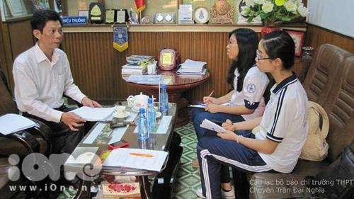 Thành viên CLB Báo chí THPT Chuyên Trần Đại Nghĩa phỏng vấn Thầy Hiệu trưởng