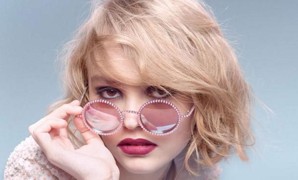 """""""Nàng thơ"""" mới toanh của Chanel là một cô gái đang ở độ tuổi trăng rằm. Người có vinh dự này là Lily-Rose Deep - con gái của ngôi sao màn ảnh nổi tiếng Johnny Deep và cựu người mẫu của ChanelVanessa Paradis"""