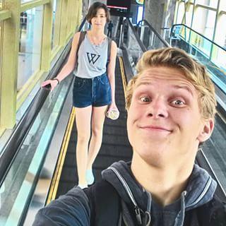 Thời gian đi thang cuốn rất thích hợp để selfie, song đừng!