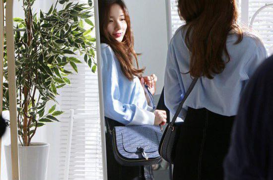 Những chiếc túi của thành viên Miss A đi theo phong cách cổ điển, dễ dàng kết hợp với những bộ trang phục hàng ngày. Với danh tiếng sẵn có, nhà sản xuất hy vọng những sản phẩm do Suzy thiết kế sẽ thu hút sự chú ý lớn từ người hâm mộ.