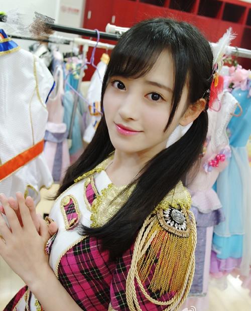 Tịnh Y sinh ngày 18/6/1995 ở Thành Đô, từng đứng thứ tư trong bảng xếp hạng bầu chọn kỳ tổng tuyển cử đầu tiên của SNH48.