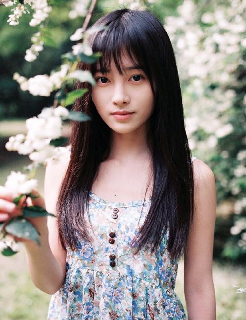 """Năm ngoái, Tịnh Y gây ngạc nhiên khi được một trang mạng Nhật Bản bình chọn là mỹ nữ số một Trung Quốc và đặt biệt danh mỹ miều """"mỹ nữ 4.000 năm có một""""."""