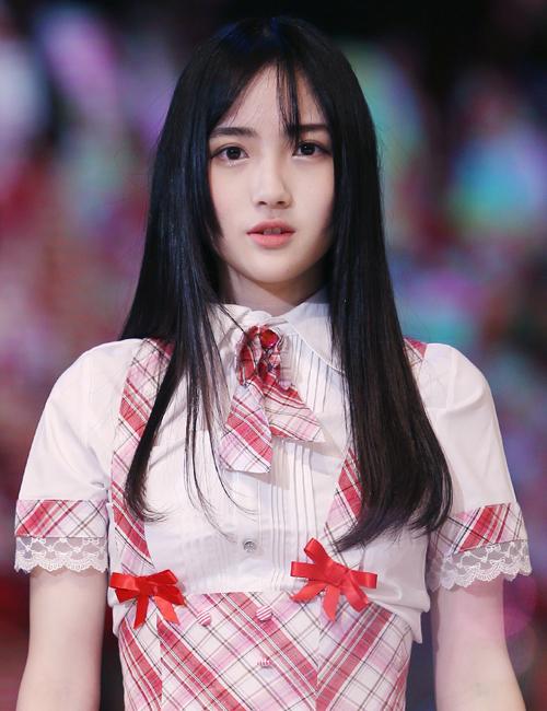 Gia Mẫn sinh ngày 22/7/1998, quê ở tỉnh Quảng Đông, đang học trường cấp ba ngoại ngữ thành phố Thâm Quyến.