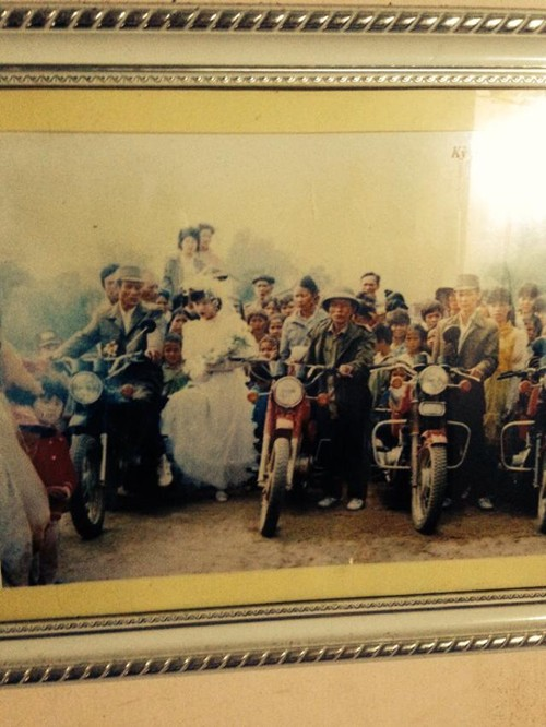 Một đám cưới được đưa đón bằng xe máy, trông vui nhộn và độc đáo nhỉ!