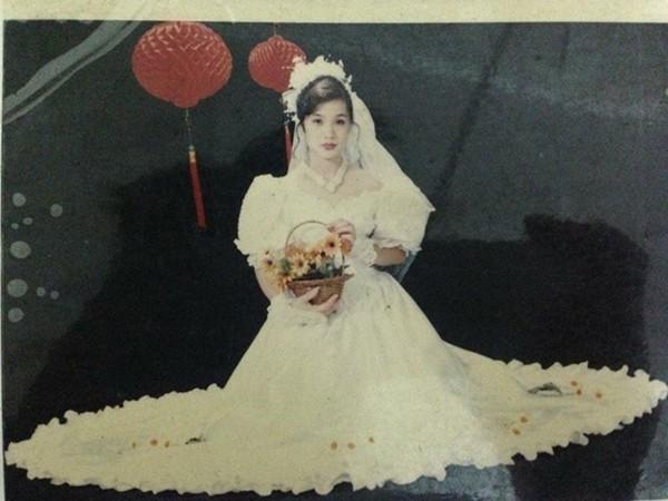 Bạn Đinh Nguyễn Chi Anh Mẹ cũng đăng một tấm ảnh về mẹ mình ngày xưa.