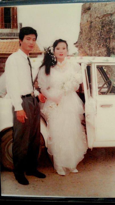 """Đám cưới của bố mẹ bạn Đặng Thái Sơn. Nhiều teen xuýt xoa hẳn nhà bạn này phải cực """"oách"""" vì ngày xưa đã có xe con đưa dâu."""