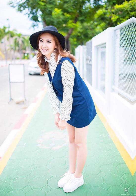 Ở Thanaporn có nét đẹp cao sang mà trông vẫn rất tự nhiên. Sở hữu tính cách dịu dàng nên cô thường xuyên diện những mẫu váy dịu dàng mang sắc trắng, pastel...