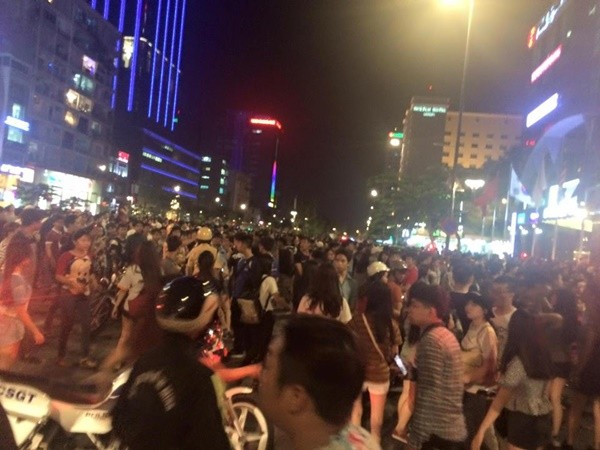 Đêm qua 3/8, đông đảo teen Sài thành rúng động trước hình ảnh phố đi bộ Nguyễn Huệ đông nghẹt người vì hai thiếu nữ trên Facebook hẹn nhau ra đây