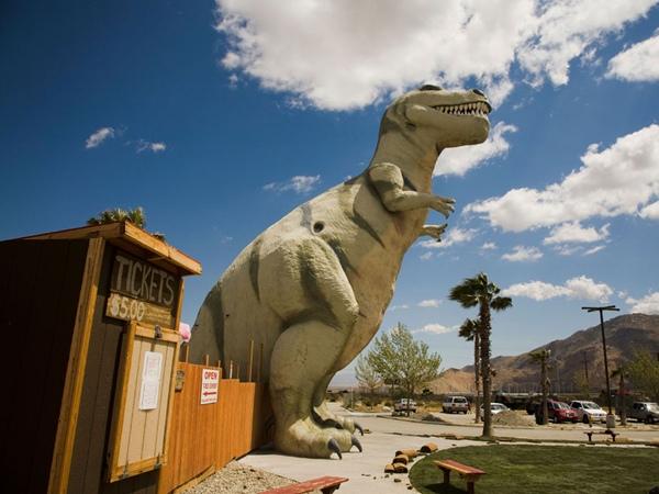 Mô hình khủng long khổng lồ ở California, Mỹ sẽ khiến bạn hết hồn với một con khủng long Bạo Chúa bằng đúng kích cỡ thực tế: tương đương tòa nhà 4 tầng.
