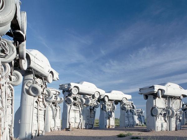 Nghĩa địa xe hơi: Carhenge được coi là bản sao của công trình Stonehenge nước Anh, Carhenge nằm ở gần thành phố Alliance, Nebraska, Mỹ. Thay vì được làm bằng đá như phiên bản gốc của Stonehenge thì Carhenge được tạo nên từ những chiếc xe hơi cũ