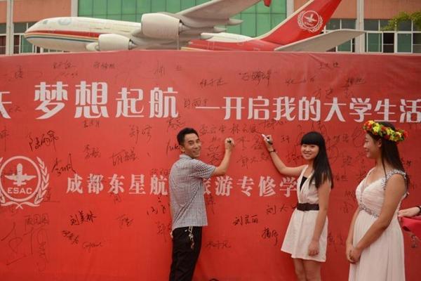 Phụ huynh và các bạn tân sinh viên ký chữ ký lên bảng đỏ như một nghi lễ trước khi chính thức bước vào trường.