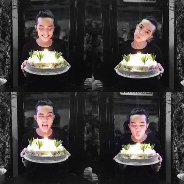 Kelbin hạnh phúc trong ngày sinh nhật của mình viwus chiếc bánh kem bự.