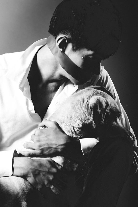 """Mới đây, câu chuyện về chú chó bị bịt mõm ở dẫn đến hoại tử ở Bến Tre gây nhiều xôn xao, chú ý từ dư luận, Vấn nạn bạo hành động vật một lần nữa được báo động, bên cạnh câu chuyện tính nhân đạo của con người lại gây ra sự tranh cãi không hồi kết. Là một người dành nhiều tình cảm cho loài chó  người bạn thân thiết của con người, vũ công Quang Đăng thực hiện một bộ ảnh với thông điệp nhân văn về tình yêu thương và bảo vệ động vật mang tên """"Cậu bị sao thế?""""."""