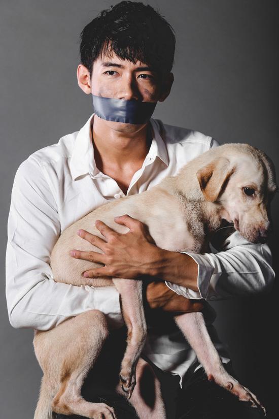"""Trong quá trình chuẩn bị bộ ảnh, Quang Đăng may mắn khi tìm được """"một người bạn đồng hành"""" hiền lành - đó là một chú chó từ người bạn thân của mình. Tuy chưa có sự gắn bó thân thiết nào nhưng khi thấy Quang Đăng bị bịt miệng, chú chó tỏ ra ngạc nhiên. Thậm chí, chú còn dựa vào người hay liếm tay Quang Đăng như muốn đồng cảm nỗi đau mà những đồng loại khác của chú từng trải qua. Nếu người bịt mõm của  chú chó Bến Tre bỏ mặc, hình ảnh của chú chó trong bộ ảnh chia sẻ cùng Quang Đăng phần nào minh chứng cho tình cảm của người bạn thân thiết dành cho con người."""