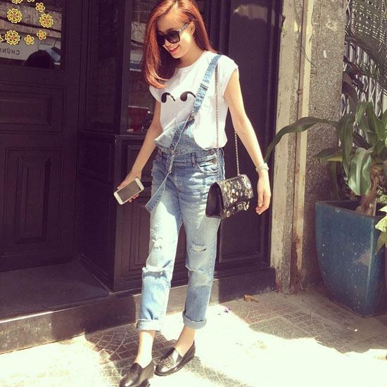 """Mốt quần yếm nổi lên trong giới thời trang showbiz Việt từ đầu năm ngoái nhưng cho đến giờ có vẻ như vẫn chưa hề """"hạ nhiệt""""."""