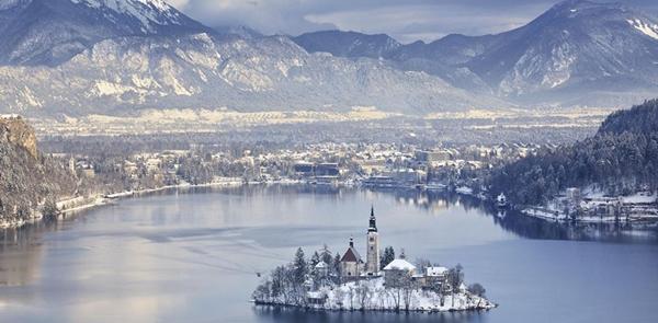 Thị trấn Bled ở Slovenia sẽ khiến bạn nghĩ nhầm là một lâu đài cổ tích nào đó. Nhưng không, đây là lâu đài được xây dựng từ năm 1011 và ngày nay đã trở thành điểm tham quan đắt giá.