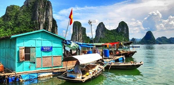 Làng chài Cửa Vạn, Vịnh Hạ Long, Việt Nam được biết đến với phong cảnh đẹp như tranh