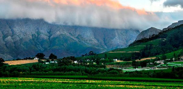 Ngôi làng nằm giữa thung lũng Napa ở Nam Phi khiến bạn ngây ngất với những vòm mây