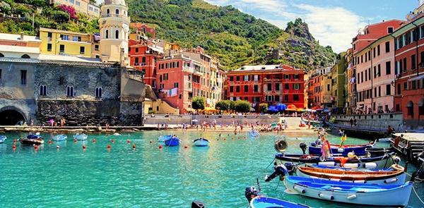 Thị trấn Vernazza, Ý tập hợp những gì đẹp đẽ nhất của một nơi nghỉ dưỡng: những ngôi nhà đủ sắc màu, làn nước xanh biếc