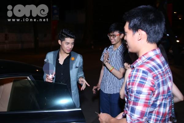 Fan lưu luyến đưa anh ấy ra xe nhưng vẫn chưa muốn chào tạm biệt.