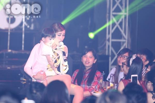 Một fan nhí đã được Đông Nhi 'bắt cóc' lên sân khấu để trình diễn cùng cô nàng.