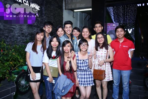 Noo Phước Thịnh chụp ảnh cùng người hâm mộ trước khi ra về.