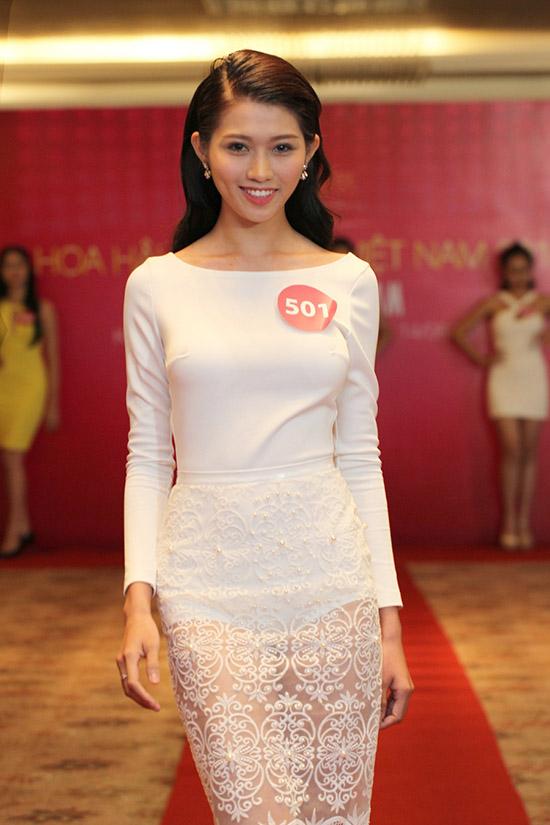 Nữ thí sinh 21 tuổi tự tin về những kỹ năng, kiến thức vốn có của bản thân cùng việc trau dồi thêm bản lĩnh, kỹ năng trong quá trình tham gia cuộc thi sẽ giúp cô trưởng thành hơn và xứng đáng trở thành đại diện cho người phụ nữ Việt Nam thời đại mới.