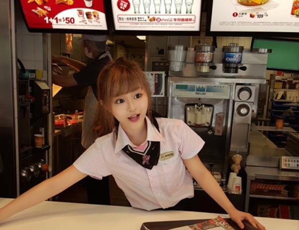 Nữ nhân viên bán gà rán khiến