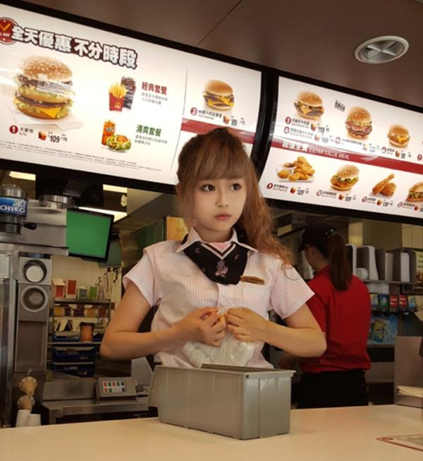 Sự nổi tiếng của Wei giúp cửa tiệm thu hút nhiều khách hàng hơn.