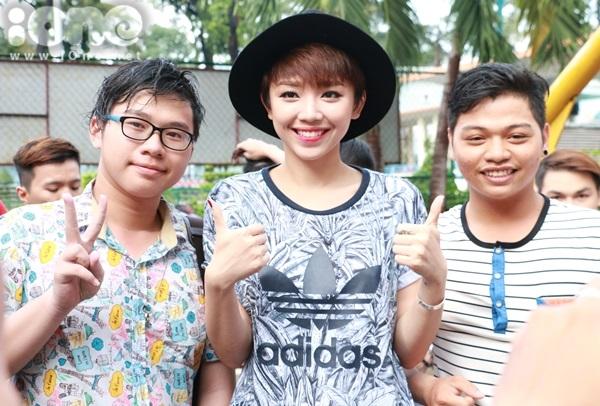 Tóc Tiên bị fan vây kín sau hậu trường để xin pose ảnh chung.