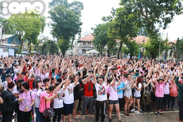 Ngày 16/8, hàng nghìn bạn trẻ thuộc cộng đồng LGBT tại TP HCM tham gia ngày hội 'Viet Pride 2015' (Ngày hội tự hào đồng tính) tại Nhà văn hóa Lao động. sự kiện thường niên quan trọng nhất do cộng đồng LGBT (Đồng tính, song tính & chuyển giới) tổ chức từ năm 2012 với mục đích xóa bỏ kỳ thị và thúc đẩy quyền bình đẳng tại Việt Nam.