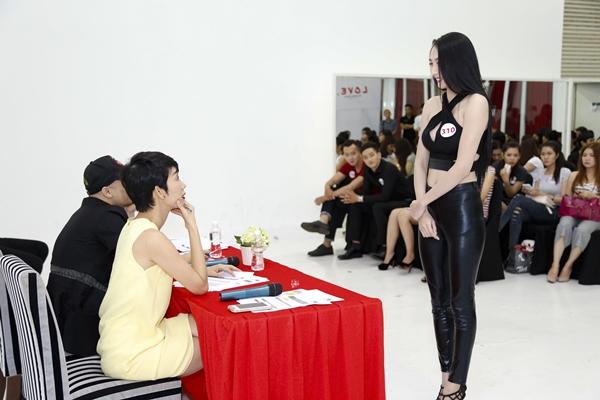 Đạo diễn catwalk Xuân Lan xuất hiện trong trang phục đầm freesize vàng nhạt nhã nhặn trao đổi với các thí sinh về tiêu chí tuyển chọn