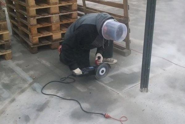 Anh công nhân này nên có một chiếc mũ bảo hộ khá khẩm hơn.
