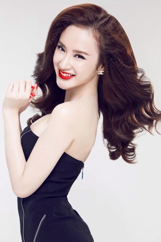 Khi trưởng thành, Angela Phương Trinh bất ngờ thay đổi sang hướng sexy. Cộng với những scandal tình cảm, cặp đại gia khiến hình ảnh của bà mẹ nhí ngày nào bị ảnh hưởng.
