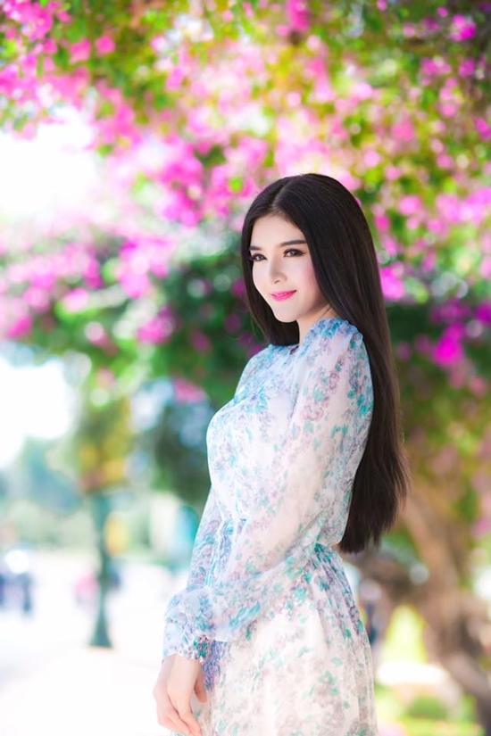 Lily Luta tên thật là Nguyễn Thị Lượm (sinh năm 1992) được biết đến với gương mặt búp bê. Cô nàng cũng xuất thân với vai trò làm mẫu ảnh, đóng clip và ngày càng được nhiều bạn trẻ biết đến và dành tình cảm yêu mến.