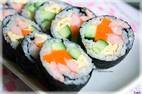 Cơm cuộn rong biển, hay còn gọi là kimbab