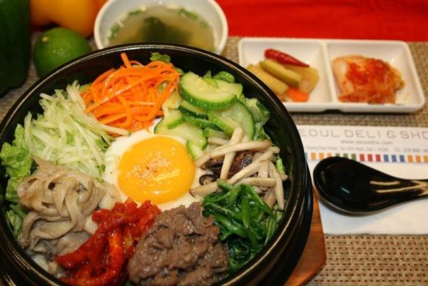 Cơm trộn được đánh giá là một trong những món Hàn nổi tiếng nhất nhờ cách thưởng thức độc đáo. Khi order, teen sẽ được một nồi cơm và nhiều món như