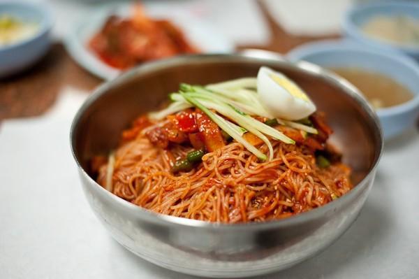 Mỳ lạnh cũng là món Hàn độc đáo không kém. Khác với mọi món mỳ đòi hỏi độ nóng sốt, bạn có thể thích thú với cảm giác từng sợi mỳ lành lạnh trong cổ họng