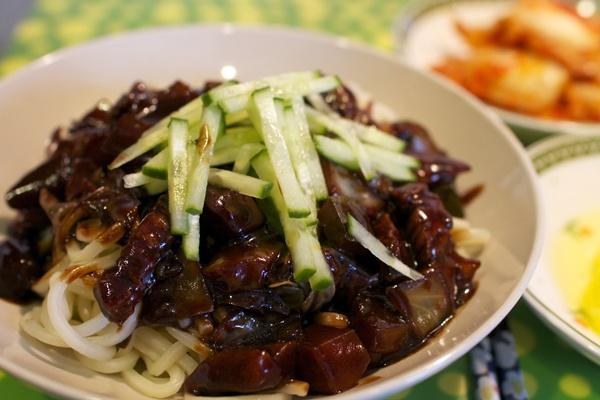 Thoạt nhìn, mì tương đen Jajang không được bắt mắt cho lắm. Nhưng thử một lần thưởng thức, bạn sẽ thấy món ăn này ngon trên cả mong đợi.