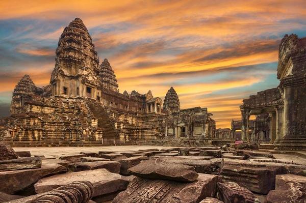 Đền Angkor Wat được xem là điểm đến hàng đầu của Campuchia. Angkor Wat (tiếng Khmer: អង្គរវត្ត) là một quần thể đền đài tại Campuchia và là di tích tôn giáo lớn nhất thế giới. Ban đầu nó được xây dựng như một đền thờ Ấn Độ giáo dành của Đế quốc Khmer, và dần dần chuyển thành đền thờ Phật giáo vào cuối thế kỷ 12.[1] Vua Khmer Suryavarman II[2] xây dựng Angkor Wat vào đầu thế kỷ 12 tại Yaśodharapura (tiếng Khmer: យសោធរបុរៈ, Angkor ngày nay), thủ đô của Đế quốc Khmer như là đền thờ và lăng mộ của ông. Khác với truyền thống theo theo đạo Shaiva (thờ thần Shiva) của các vị vua tiền nhiệm, Angkor Wat thờ thần Vishnu. Được bảo tồn tốt nhất trong khu vực, Angkor Wat là ngôi đền duy nhất vẫn giữ được vị trí trung tâm tôn giáo. Ngôi đền là đỉnh cao của phong cách kiến trúc Khmer. Nó đã trở thành biểu tượng của đất nước Campuchia,[3] xuất hiện trên quốc kỳ và là điểm thu hút du khách hàng đầu đất nước.
