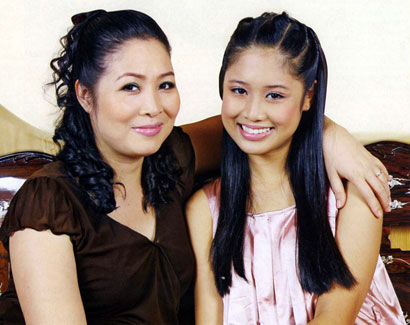 Xí Ngầu (sinh năm 1994) tên thật là Nguyễn Ngô Hoàng Châu, là con gái đầu của NSƯT Hồng Vân. Cô bạn đang theo học ngành  Quản trị kinh doanh quốc tế, trường California State University of Fullerton. Thừa hưởng nét đẹp từ mẹ, cô bạn càng ngày xinh xắn và đáng yêu.