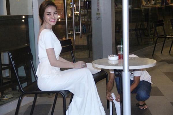 Xuất hiện tại buổi họp báo bộ phim điện ảnh Hy sinh đời trai, người đẹp Linh Chi diên đầm dạ hội peplum trắng với điểm nhấn là phần lưng hở táo bạo.