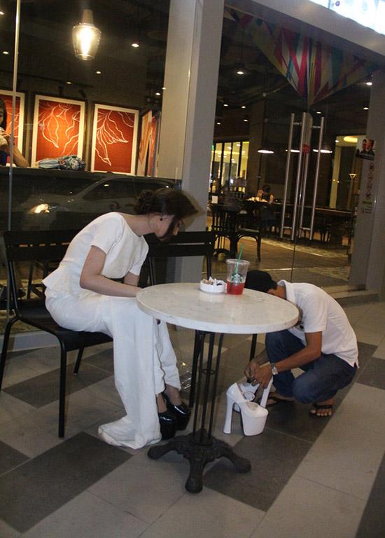 Đôi giày thứ hai của Linh Chi có kiểu dáng không khác gì đôi giày đầu tiền chỉ là dổi từ màu đen sang trắng. Cả hai đôi giày đều khủng bởi nó  cao tới 20 cm giúp người mẫu tự tin sải bước trên thảm đỏ và không lạc long kém cạnh bất kì người đẹp nào của showbiz.