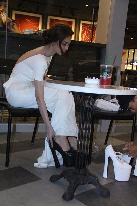 Linh Chi cho biết, do thời gian gấp rút, cô đã chọn nhầm đôi giày đen. Khi đến nơi diễn ra buổi họp báo, cô cảm thấy có không ổn vì sự không hài hòa giữa màu sắc hiếc đầm dạ hội và đôi giày. Thế là, cô phải gọi trợ lí tức tốc chạy về nhà láy giày phù hợp hơn cho mình.