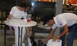 Linh Chi tá hỏa gọi trợ lý thay giày vì sợ bị chê xấu