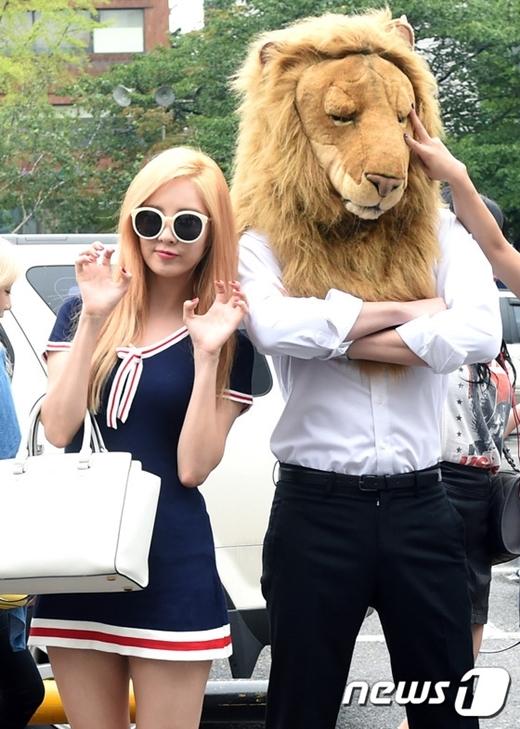 Sự xuất hiện của nhân vật này ngay lập tức thu hút sự chú ý, ''anh sư tử'' tự tin đứng tạo dáng sau khi bị 8 cô gái hành lên hành xuống trong MV.