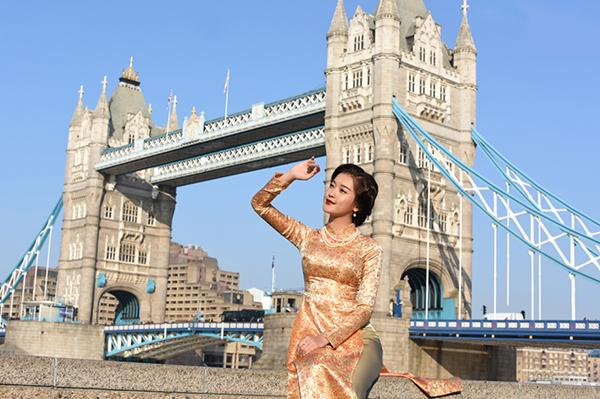 Bộ sưu tập được chụp tại London náo nhiệt, đem đến vẻ đẹp tương phản, một góc lặng với hình ảnh người thiếu nữ Hà Thành dịu dang nhưng đầy kiêu sa giữa chốn phồn hoa. Bộ sưu tập là sự giao thoa giữa nét cổ điển và hiện đại.