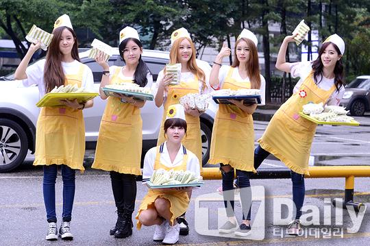 T-ara hóa thân thành những nhân viên bán hàng, phát thức ăn miễn phí cho người hâm mộ đến cổ vũ nhóm.