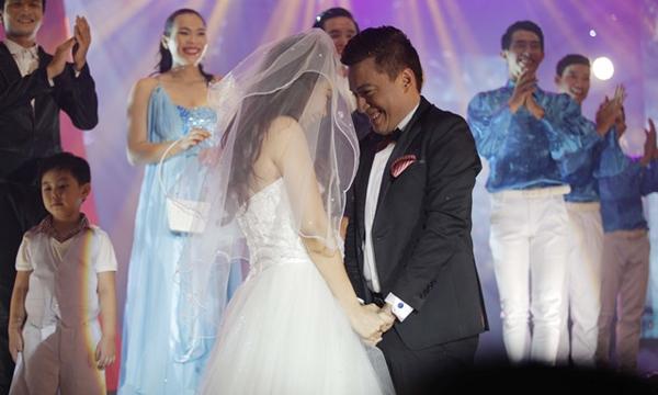 Nhóm mình cũng làm việc với anh Lam Trường nhiều rồi nhưng ấn tượng nhất là trong liveshow  Dấu Ân của anh. Trong tiết mục mình được diễn là người yêu của anh. Từ lúc tập, chạy sân khấu mình đểu được anh chỉ cho cách diễn và vợ anh ấy lo váy cưới cho mình nữa. Đêm liveshow hôm đó diễn ra rất thành công.